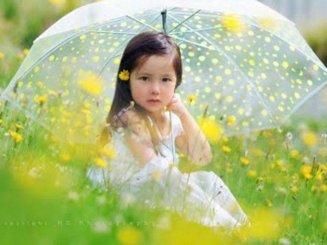 fetita in iarba verde