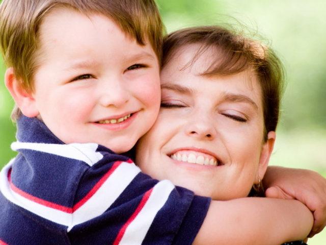 mama-copil-imbratisare
