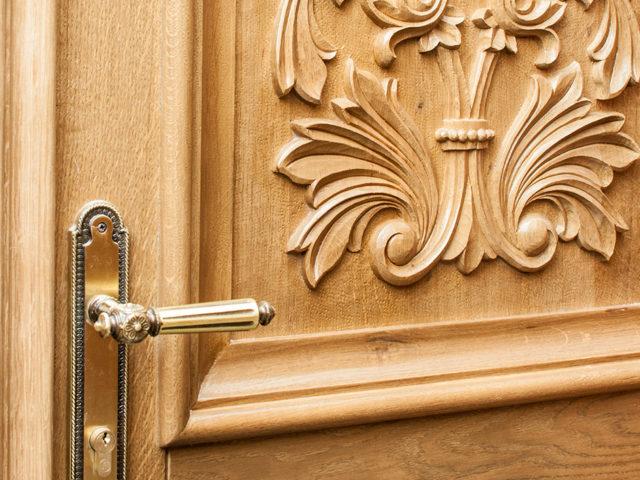 detaliu-usa-exterioara-de-biserica-lemn-masiv-de-stejar-mobilier-bisericesc-unicat1