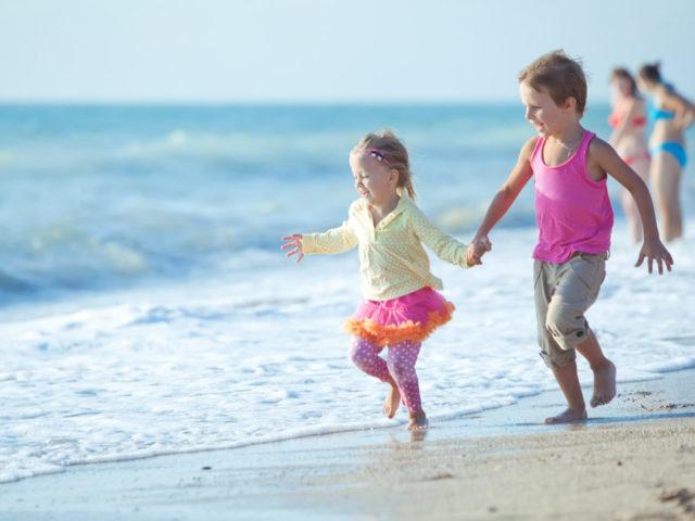 copii-alearga-pe-plaja