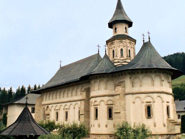 1200px-Manastirea_Putna